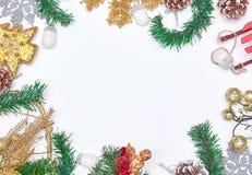 圣诞节背景和圣诞装饰 花卉装饰 奶油被装载的饼干 背景锥体查出的对象杉木白色 卡片的圣诞装饰 免版税库存照片