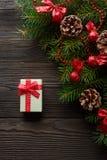 圣诞节背景有一把红色弓的纸板箱 库存照片