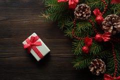 圣诞节背景有一把红色弓的纸板箱 免版税库存照片