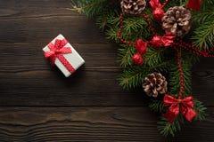 圣诞节背景有一把红色弓的纸板箱 库存图片