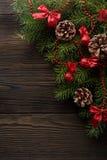 圣诞节背景有一把红色弓的纸板箱 免版税库存图片