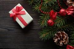 圣诞节背景有一把红色弓的纸板箱 图库摄影