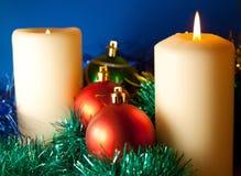 圣诞节背景球和蜡烛 库存图片