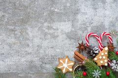 圣诞节背景用冷杉分支、装饰、姜饼曲奇饼和杉木锥体做了 库存照片