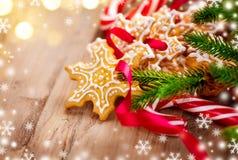 圣诞节背景用圣诞节曲奇饼和棒棒糖 库存照片