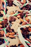 圣诞节背景用姜饼曲奇饼和香料 库存图片
