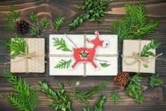 圣诞节背景用手制作了礼物,在土气木桌上的礼物 顶上,平的位置,顶视图 图库摄影