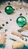 圣诞节背景用核桃、桂香和茴香在土气木背景 葡萄酒定了调子照片 免版税库存图片