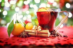 圣诞节背景用热的加香料的热葡萄酒 库存图片