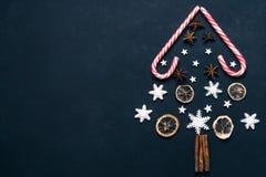 圣诞节背景用糖果和香料 免版税库存图片