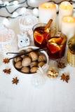 圣诞节背景用被仔细考虑的酒 免版税库存照片