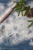 圣诞节背景装饰 曲奇饼形状星 面粉和 免版税库存图片