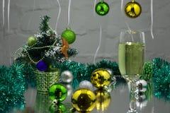 圣诞节背景香槟丝带和装饰 免版税库存图片