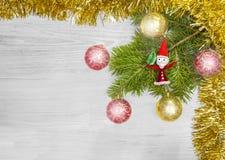 圣诞节背景,在一个木板的装饰 免版税库存图片
