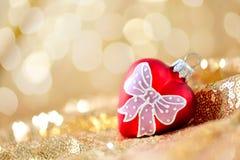 圣诞节背景,在金子闪烁摘要的新年红色心脏装饰弄脏了假日bokeh背景 免版税图库摄影