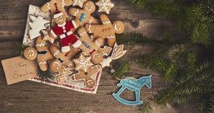 圣诞节背景,曲奇饼,在木板的圣诞树 库存照片