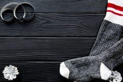 圣诞节背景,袜子,银色杉木锥体,在棕色桌,文本的空间上蜿蜒 免版税库存图片