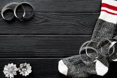 圣诞节背景,袜子,银色杉木锥体,在棕色桌,文本的空间上蜿蜒 库存图片