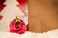 圣诞节背景-中看不中用的物品、树和纸覆盖 图库摄影