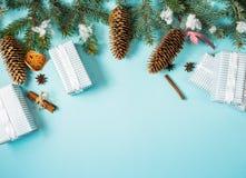 圣诞节背景-冷杉叶子和装饰在蓝色桌上的杉木锥体元素 创造性的平的布局和顶视图构成 库存照片
