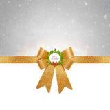 圣诞节背景-在银色背景的金黄弓 图库摄影