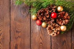 圣诞节背景 杉树分支,圣诞节球和锥体 库存图片