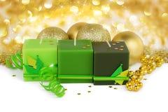 圣诞节背景-绿色蜡烛和boubles 免版税库存图片