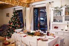 圣诞节膳食在桌放置了在装饰的餐厅 免版税库存照片