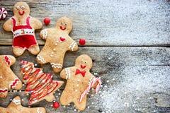 圣诞节自创姜饼人和圣诞树曲奇饼 图库摄影