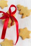 圣诞节自创姜饼担任主角与一把红色弓 库存照片