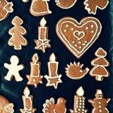 圣诞节自创姜饼曲奇饼 与烘烤的欢乐概念准时圣诞节打过工 库存照片