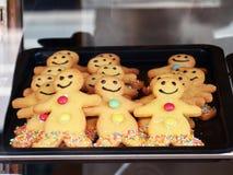 圣诞节自创微笑的姜饼人用糖 免版税图库摄影
