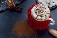 圣诞节自创热巧克力用蛋白软糖、桂香和香料在黑暗的背景,选择聚焦 免版税库存图片
