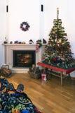 圣诞节舒适-打破在壁炉边的舒适的时间在圣诞节环境里 图库摄影