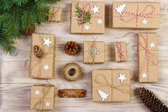 圣诞节舱内甲板位置构成 与装饰的圣诞节礼物在白色与拷贝空间的背景顶视图 免版税库存图片