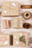 圣诞节舱内甲板位置构成 与装饰的圣诞节礼物在白色与拷贝空间的背景顶视图 库存照片