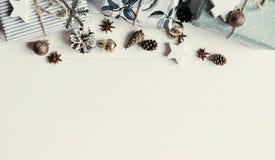 圣诞节舱内甲板位置 与装饰品和g的现代圣诞节布局 免版税库存照片