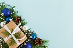 圣诞节舱内甲板在蓝色backgound放置冷杉与拷贝空间的分支和装饰的构成与礼物盒的 库存图片