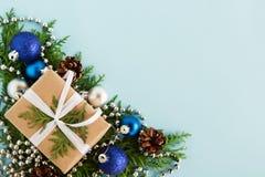 圣诞节舱内甲板在蓝色backgound放置冷杉与拷贝空间的分支和装饰的构成与礼物盒的 免版税库存图片