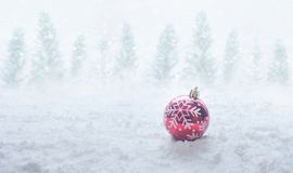 圣诞节节日与红色球装饰品的概念想法在雪 免版税库存图片