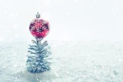 圣诞节节日与装饰品和银色杉木锥体的概念想法 免版税库存照片