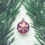 圣诞节节日与装饰品球的概念想法在雪 免版税库存图片