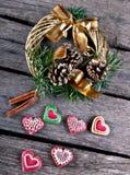 圣诞节花圈和姜饼 免版税库存图片