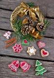 圣诞节花圈和姜饼 图库摄影