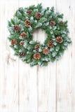 圣诞节花圈有锥体装饰木背景 免版税库存图片