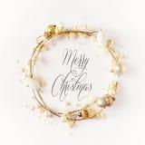 圣诞节花圈框架由色的明亮的金黄圣诞节球做成在白色背景 图库摄影