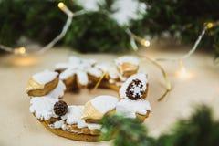 圣诞节花圈用曲奇饼 E 用光装饰的圣诞树 免版税库存图片
