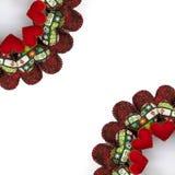 圣诞节花圈用补缀品红色心脏做了两个处所在白色背景 库存照片