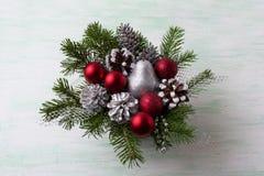 圣诞节花圈用银色闪烁梨和红色装饰品 免版税库存图片