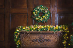 圣诞节花圈由云杉的分支,金黄球,在木背景的锥体做成 免版税库存照片